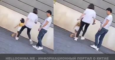 Мама пнула ногой в спину свою маленькую дочку